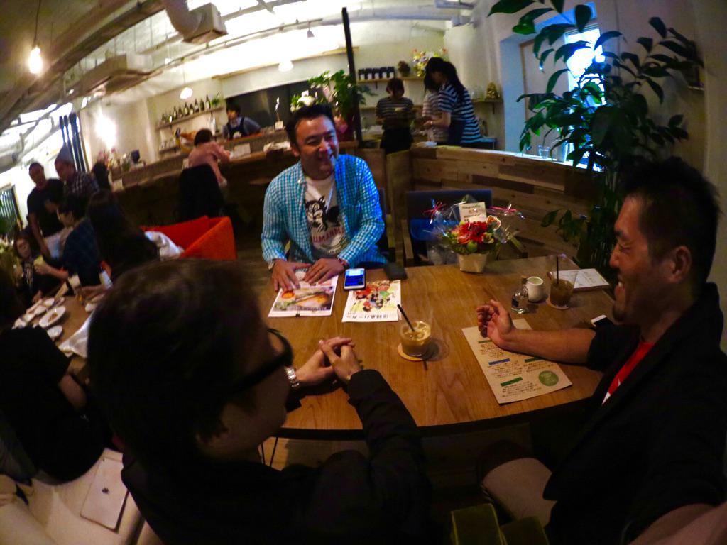 たむらけんじさんが奈良にオープンしたカフェ「nagood」にて、西日本ハンバーガー協会とのコラボレーションで「奈良バーガー」を開発することになりました!高槻バーガーの寺川さんも巻き込んで打ち合わせ。奈良全体で盛り上がりそう! http://t.co/hNk28AA60h