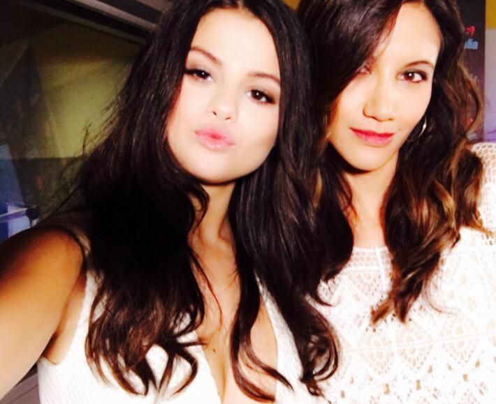 ¡Selenators! Look who's sending ya'll a sweet kiss? Stunning @selenagomez