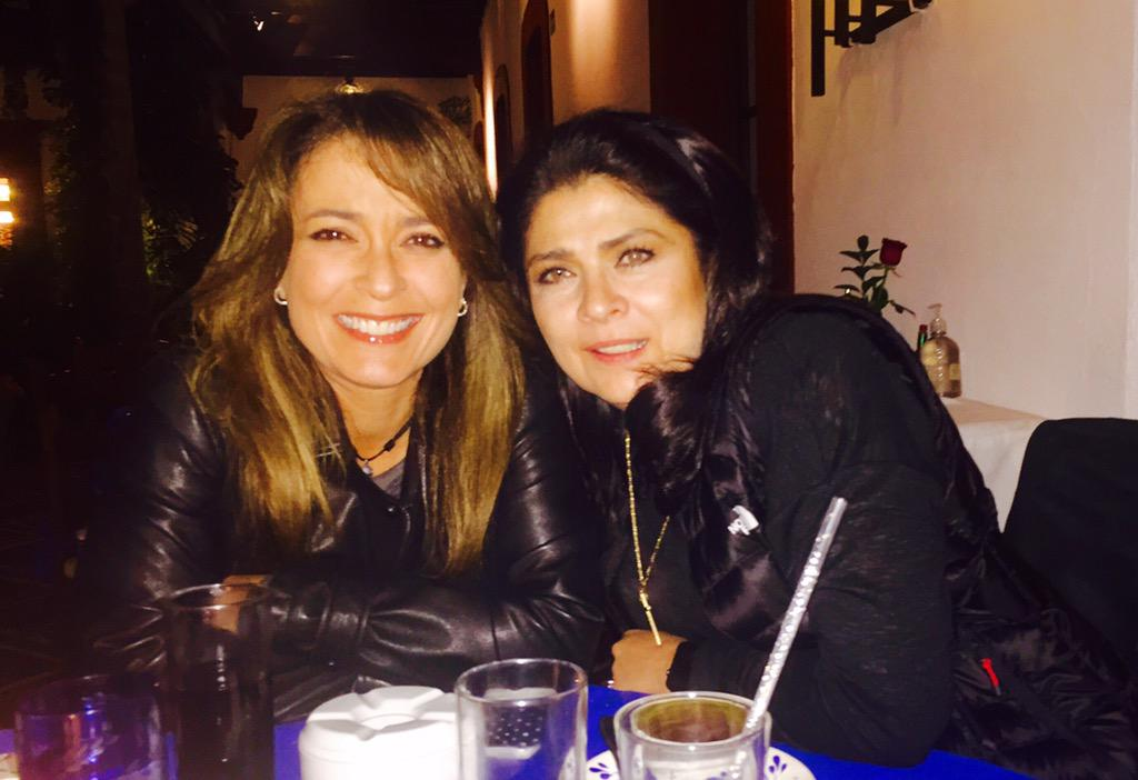 Con la queen @victoriaruffo31 @LUPITAMARTINEZA @braviela @joseedu92 disfrutando esta tarde de viernes http://t.co/UhiBgSPA65