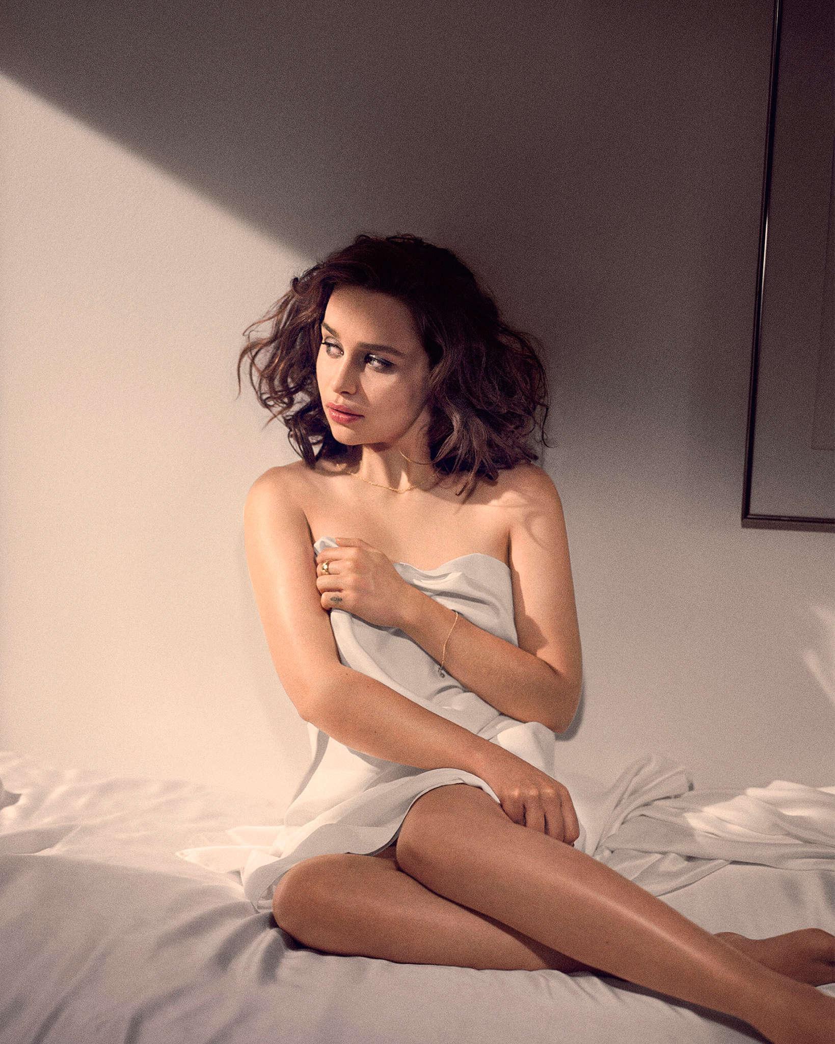 Журнал Esquire наэтой неделе назвал Эмилию Кларк самой сексуальной женщиной года. Поэтому пусть она побудет здесь ;) http://t.co/jXeXW0D9Wk