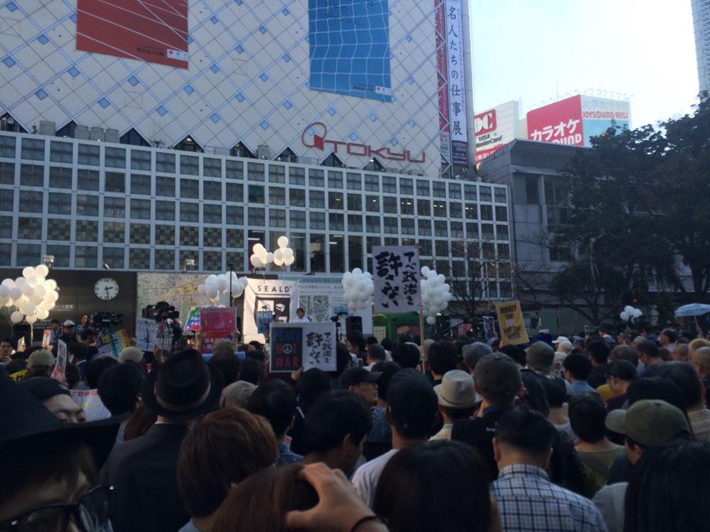 渋谷駅ハチ公前でデモ活動の人、一番人が多く通る場所なのに通れない、通行の邪魔になるのをなんとかしてほしいなぁ… http://t.co/V8Sr6s5ZQg