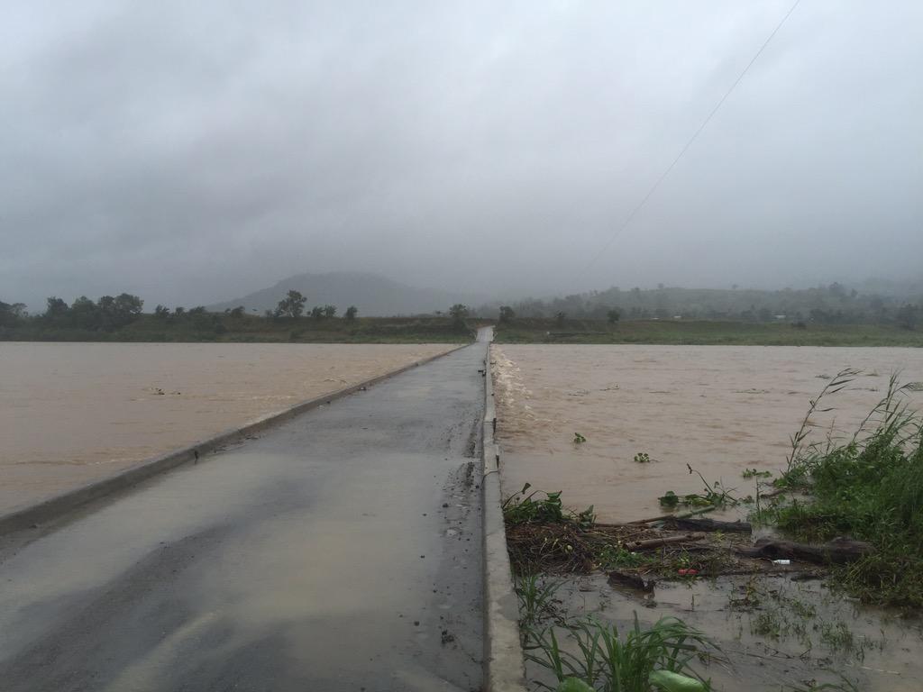 San Pedro bridge in Maddela yesterday vs today #typhoon Koppu #LandoPH http://t.co/Da55oo8G7m