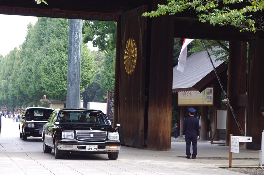 【靖國神社秋季例大祭・勅使参向】  10時5分。 皇居より勅使を乗せた御車が参りました。 最敬礼でお迎え致します。 http://t.co/NgW36DwdJy