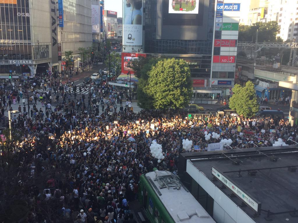 シールズの渋谷街宣。上から見るとこんな具合に人が集まっている。 http://t.co/lgAQ3OZOUa
