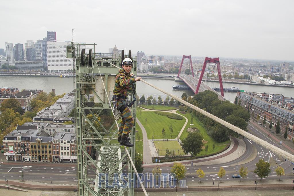 Oefening militairen van @landmacht in Rotterdam bij De Hef: http://t.co/wUOACdDRd0