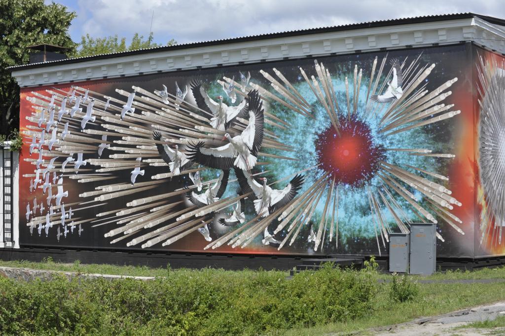 キエフからチェルノブイリ位に入る国道っぷちのチェルノブイリ記念館の壁一面に描かれている絵。 爆発した原子炉から飛び出した燃料棒がコウノトリを刺し貫いている強烈な絵。 2011年7月23日チェルノブイリにて撮影。 http://t.co/ZkIyZky862