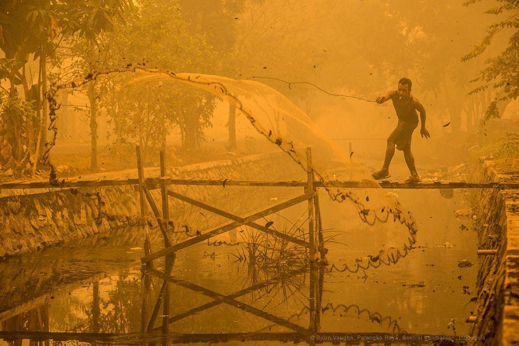 Stunning, heartbreaking photo of man fishing in toxic yellow 2,900 PSI haze in Kalimantan http://t.co/NHxRtwo9S1 http://t.co/naA5ZFJshI