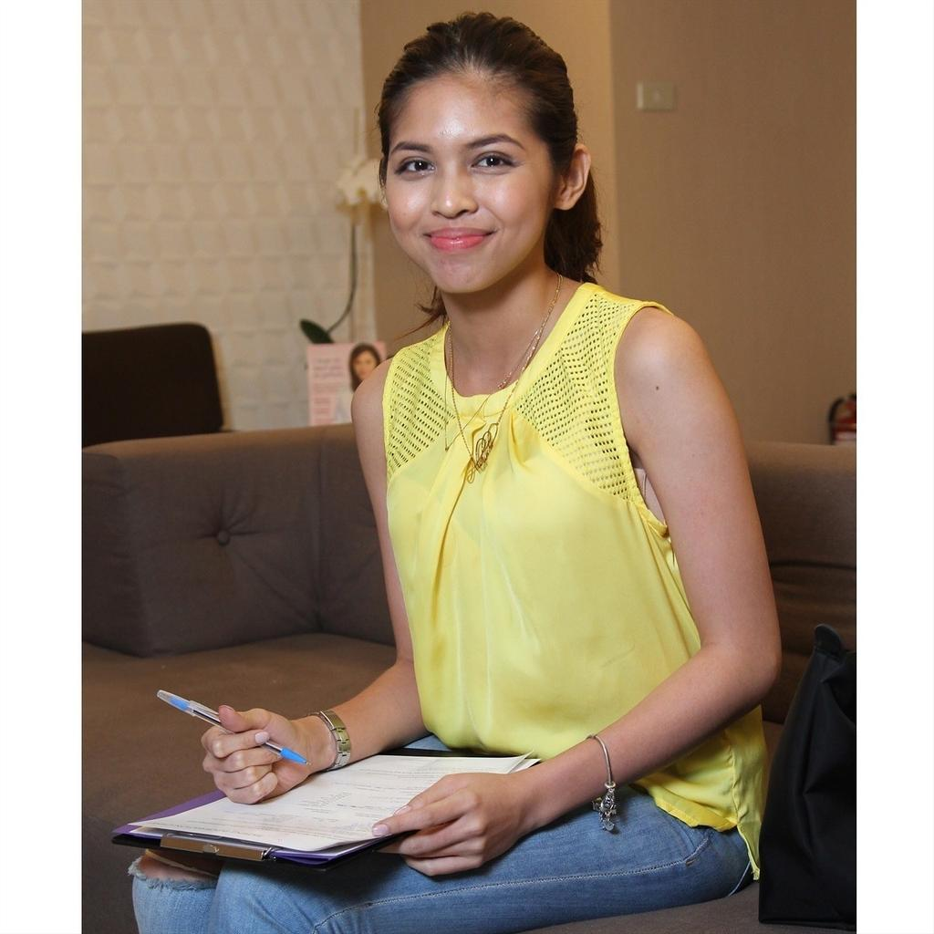 Here's @mainedcm at #belo Morato to have a hydra facial to brighten her skin . Where 's @aldenrichards02 kaya? Ha ha http://t.co/MpBtaET5Jm