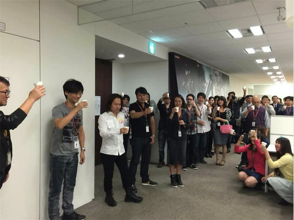 Here is a photograph of Kojima's farewell party on October 9th at Konami, which Konami claims no knowledge of: https://t.co/xgRUoYs5qt