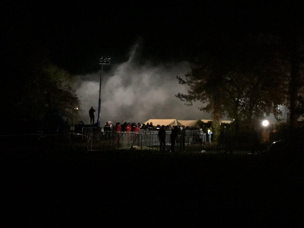 Za nocoj je konec! Vse se je umirilo. Begunci spijo. Na tleh. Pod milim nebom. Policisti so v avtomobilih. Lahko noc https://t.co/WaaZgZeQWK