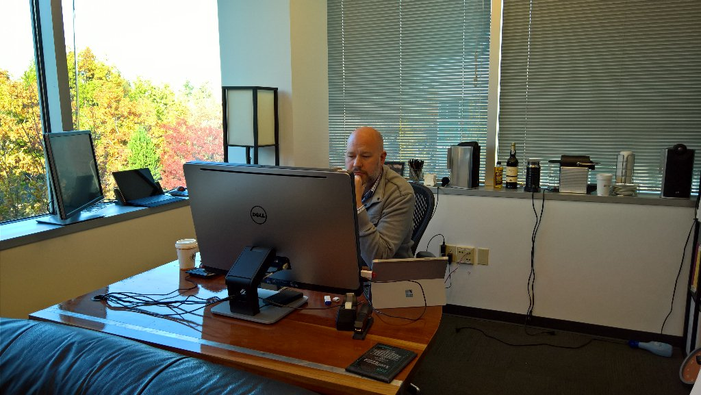 Stopped by to say hello to @GabeAul who is busy answering #WindowsInsider tweets. Taken with my #Lumia950XL. https://t.co/sZHxTTIPcg