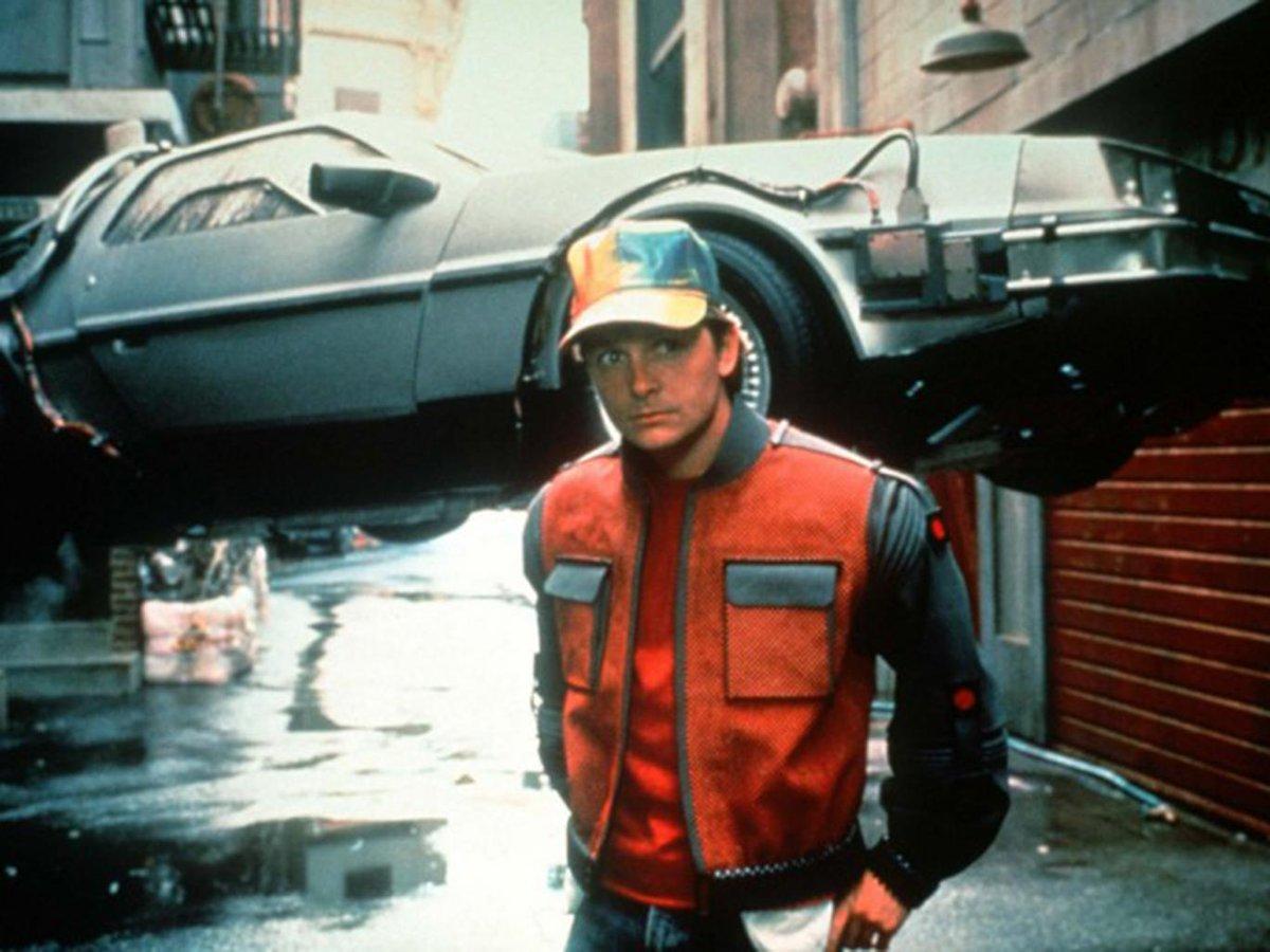 ¡Bienvenido, Marty McFly! Desde hoy, todo lo que pasa en Volver al Futuro II es EL PASADO. #LaCosaBTTF https://t.co/65u5R8fQw5
