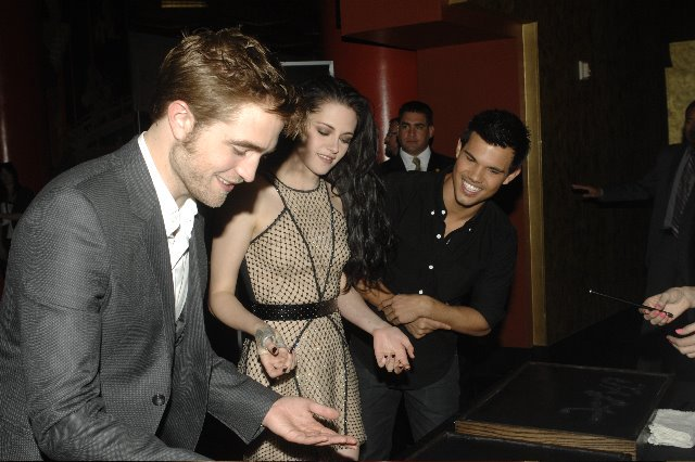 #BTS pic of #RobertPattinson #KristenStewart & #TaylorLautner from their imprint ceremony 4 years ago today. https://t.co/iB6wG9QiCO