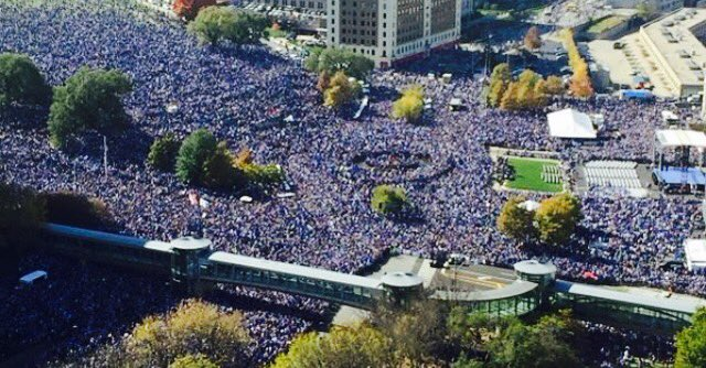 Kansas City was lit today!! 800,000 people came to Union Station to celebrate! #RoyalsParade #WorldSeriesChamps https://t.co/MQ0LKZgXMH