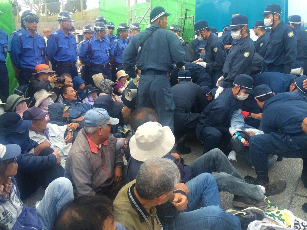 11月4日早朝、キャンプ・シュワブに反対運動に対応する警視庁機動隊が入りました。午前7時前から市民100人余と機動隊200人が対峙し大混乱。市民にけが人1人、逮捕者1人出ました。座り込んだ市民は強制排除されました。#辺野古 #沖縄 https://t.co/liNNDV0GQa