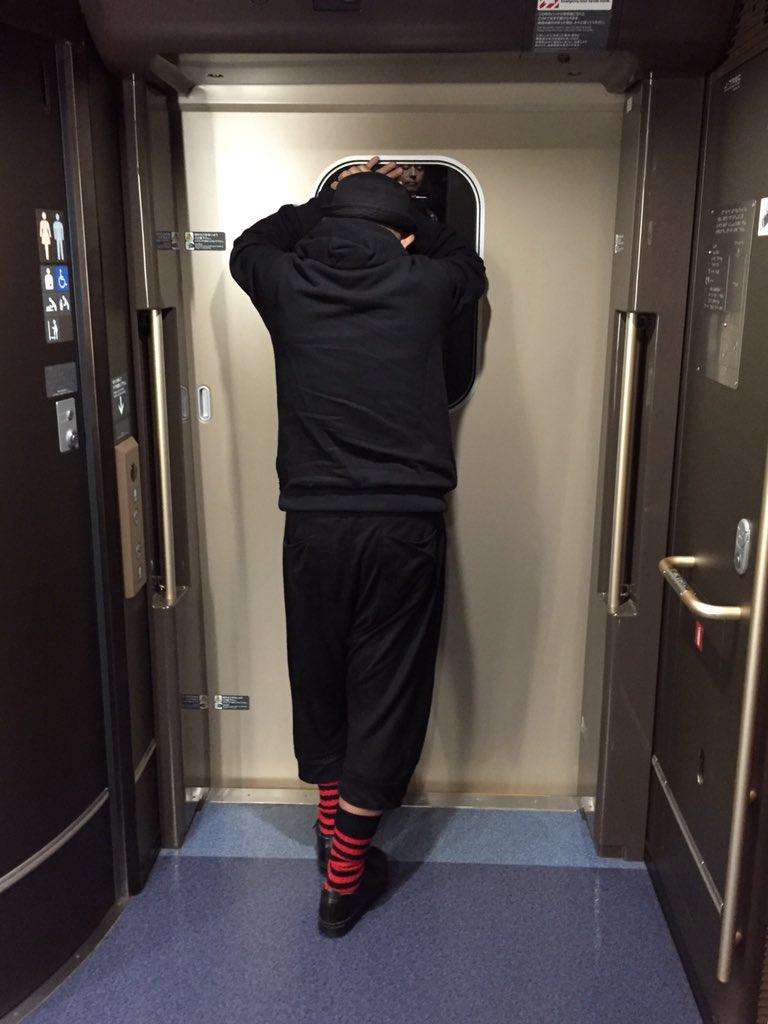 北陸新幹線。トイレに行くためデッキに出たら、ドアにもたれ何やらブツブツと呟いている不審な乗客。その正体は高座にかける落語を頭の中に叩き込んでいる鶴瓶さんだった。人知れず努力している姿にグッときたので失礼を承知で思わずシャッターを…。 https://t.co/vbht6Uauic