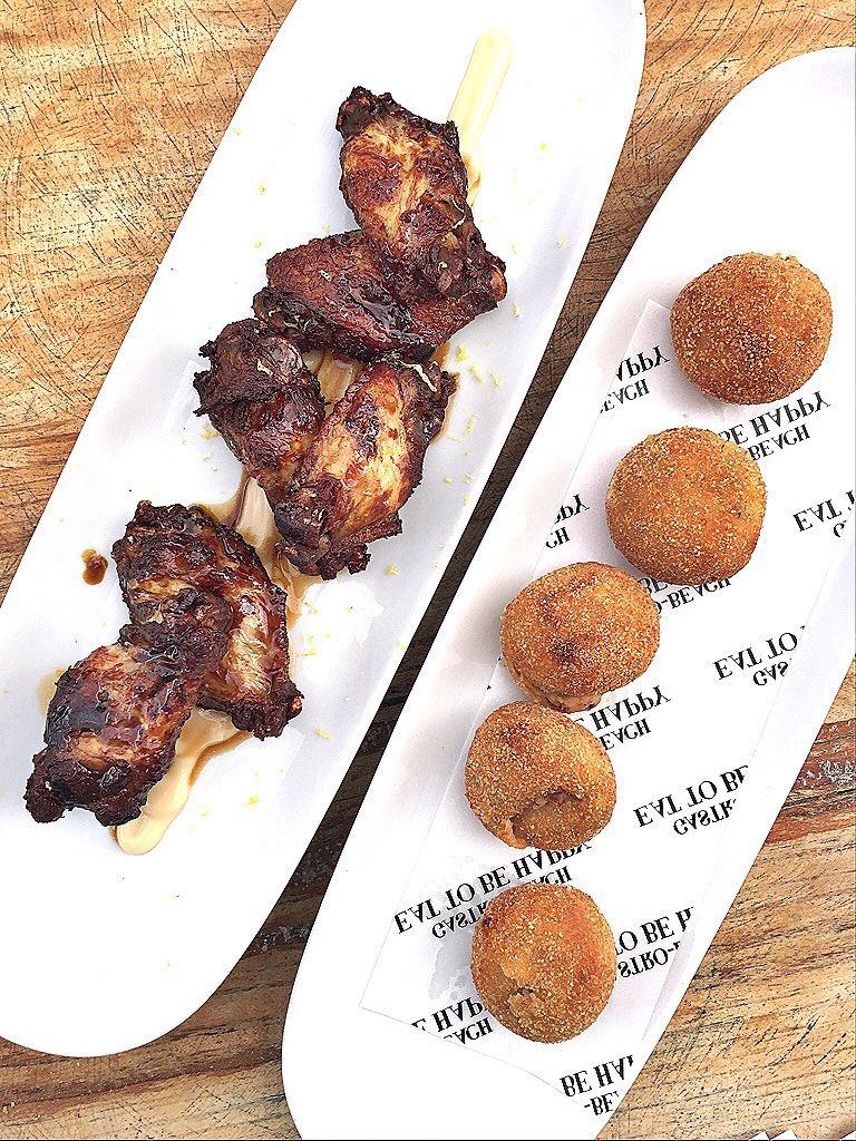 Alitas de pollo y croquetas de jamón en @LipsReartesIbz. #Gastrojornadas #otoño15 #ibiza https://t.co/OMgfhW2EHT