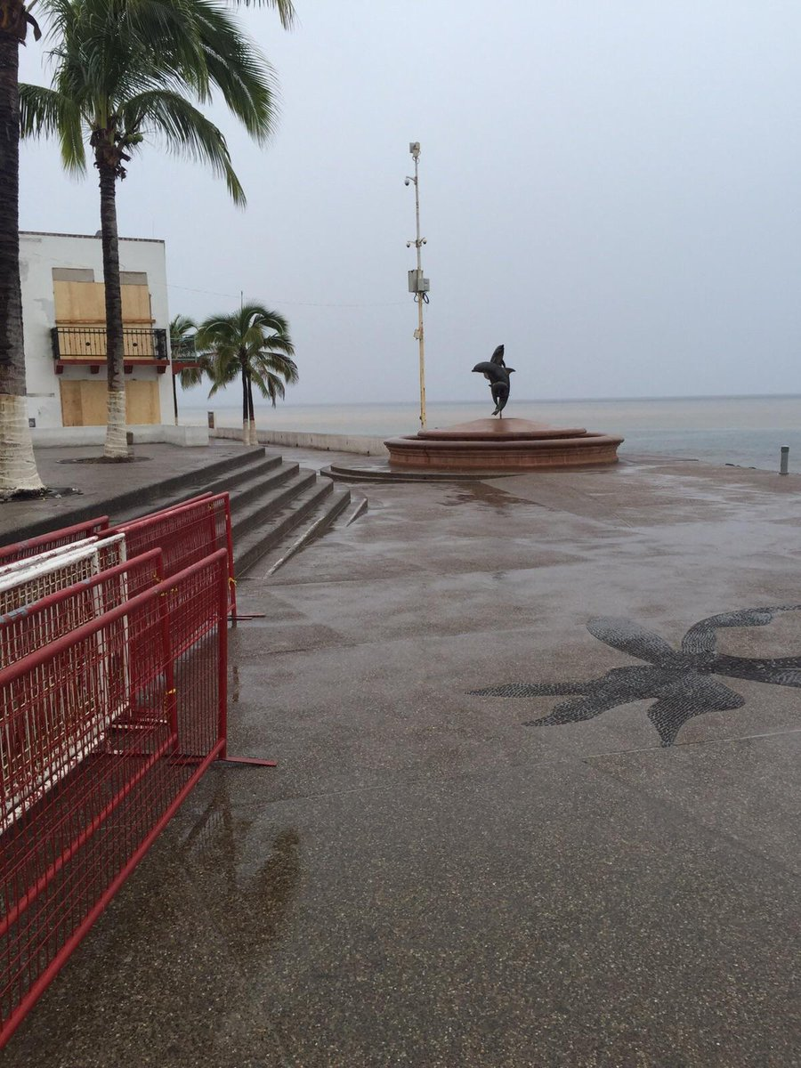 Puerto Vallarta now.   Never seen the  malecon boardwalk empty before. #Patricia https://t.co/LQ9LKhFptA