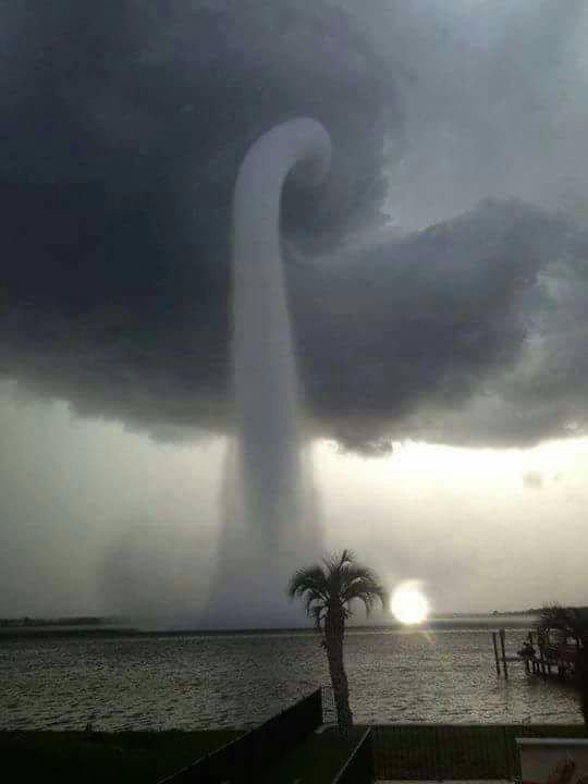 Ésta imagen que circula en las redes es de una tromba marina en Florida, 2013. Nada que ver con el Huracán Patricia https://t.co/qEuJctaHfI
