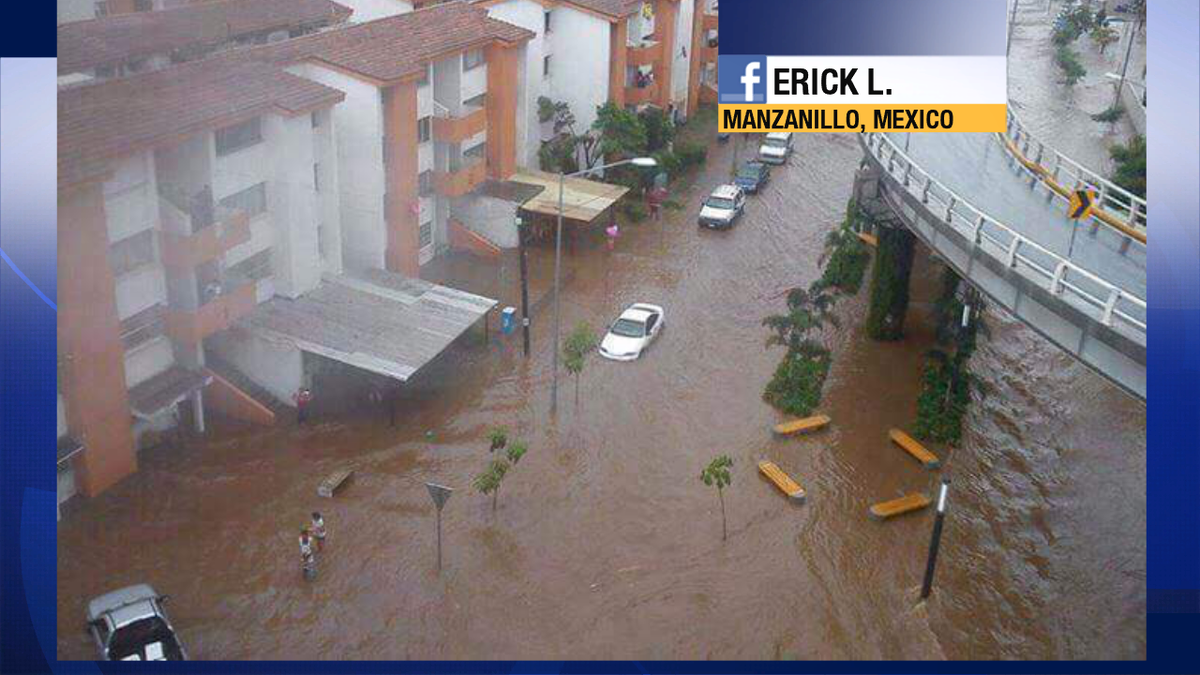 Dramatic picture from Erick L. of the flooding in Manzanillo, Mexico shared w/me on facebook.  #HurricanePatricia https://t.co/cxqCjKKKjd