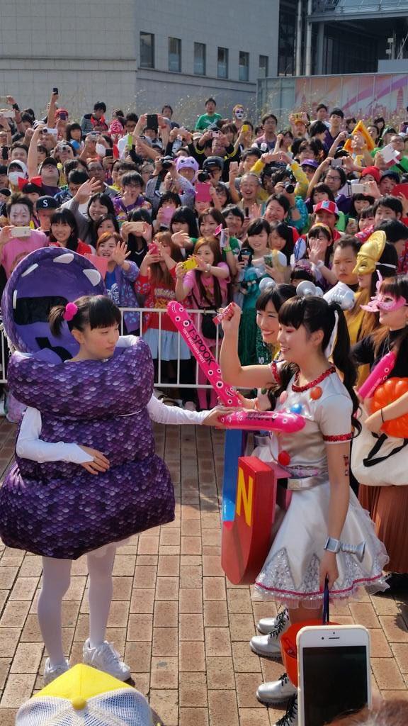 この長い棒を見て、吉本新喜劇の乳首ドリルを…吉本新喜劇ギャグがあまり知られてない東京というアウェーで実践するももクロちゃん、ロックだ。 https://t.co/bYXgUMPApE