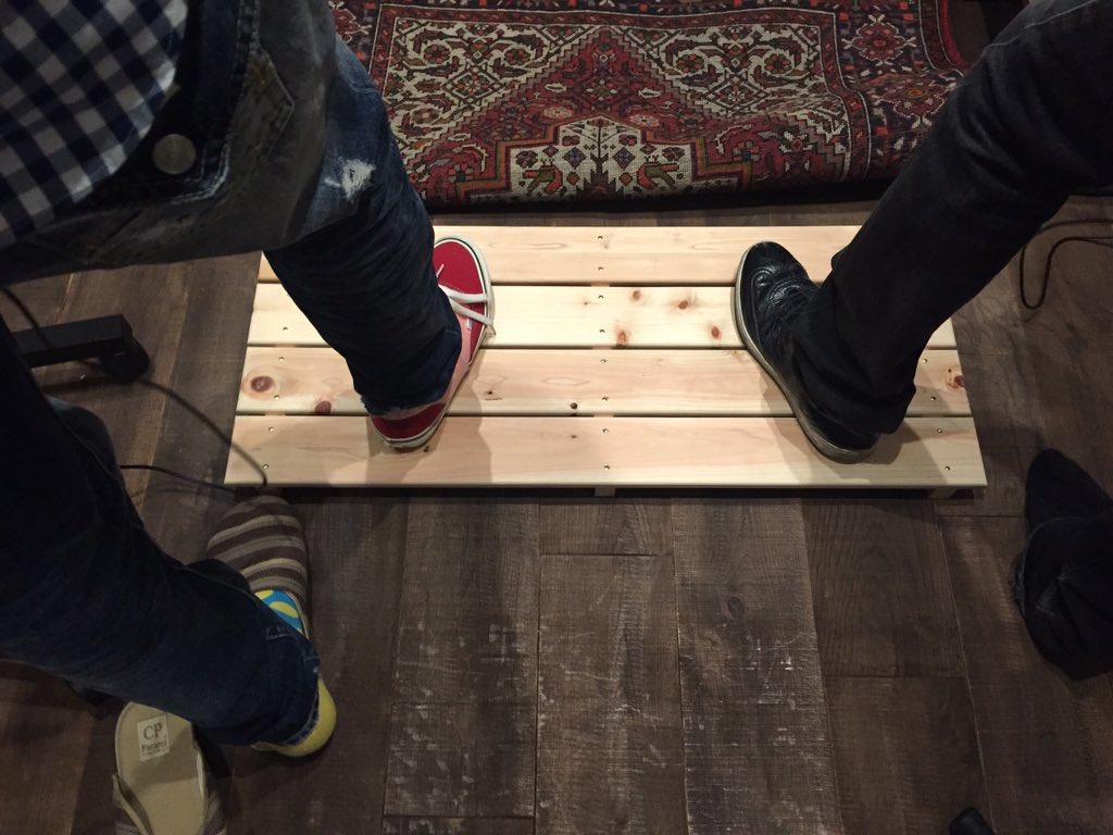 ゆずのTOWAで足音がどこで使われてるのかわからないって人が結構、多くてビックリ。まあ、普通の足音ではないからしょうがないかな。足音は2Aに入っていて、ゆずのお二人は木の板の上で足踏みしてます。 https://t.co/4fB1lQft7D