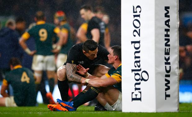 This picture, credit of Getty Images, tells a great story of the battle of Twickenham. #sportsmanship  #RWC2015 https://t.co/pBcDJhiwEY