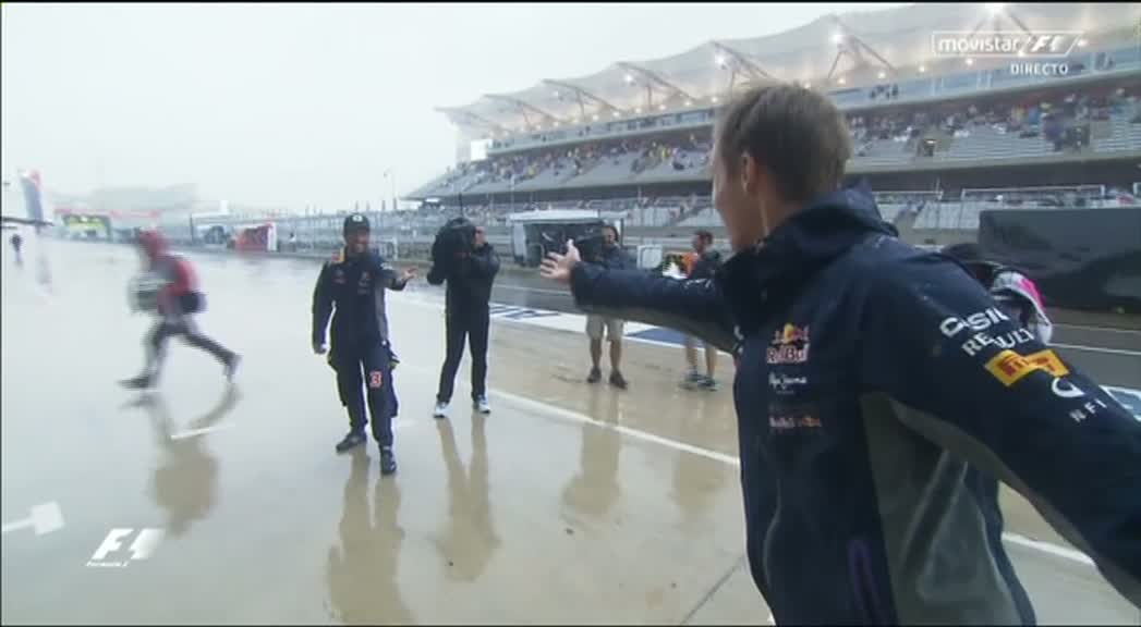 Ricciardo and Kvyat dancing for the crowd in the rain - love it!  https://t.co/bq1zWmEgGT #F1 #USGP