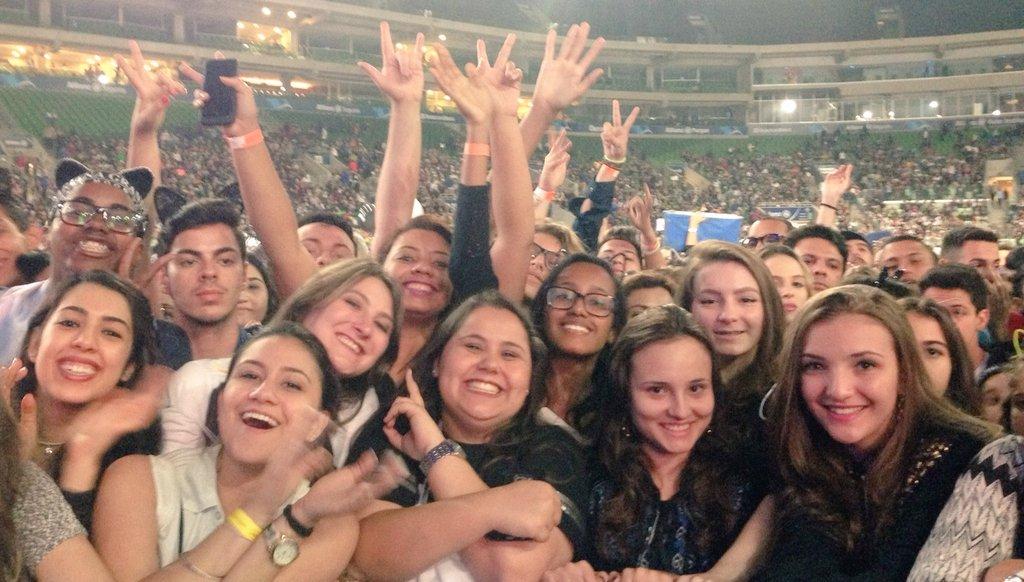 Os Arianators já estão na grade só esperando a @ArianaGrande vir dar um show! Vai ser incrível! ❤ https://t.co/jUaAeYKpY8