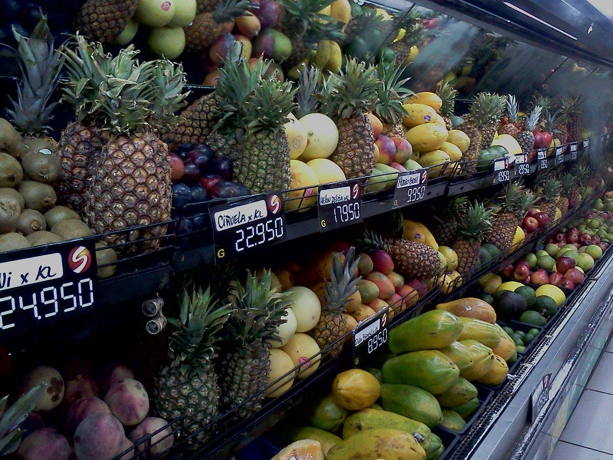 パラグアイの首都アスンシオンの、あるスーパーの野菜・果物売り場。パイナップルがたくさんあると思ったら、この店では商品と商品の「仕切り」としてパイナップルを使っていた。ちなみに冬場にはパイナップルの代わりに「白菜」が使われていた。 https://t.co/QmfW08D3vC