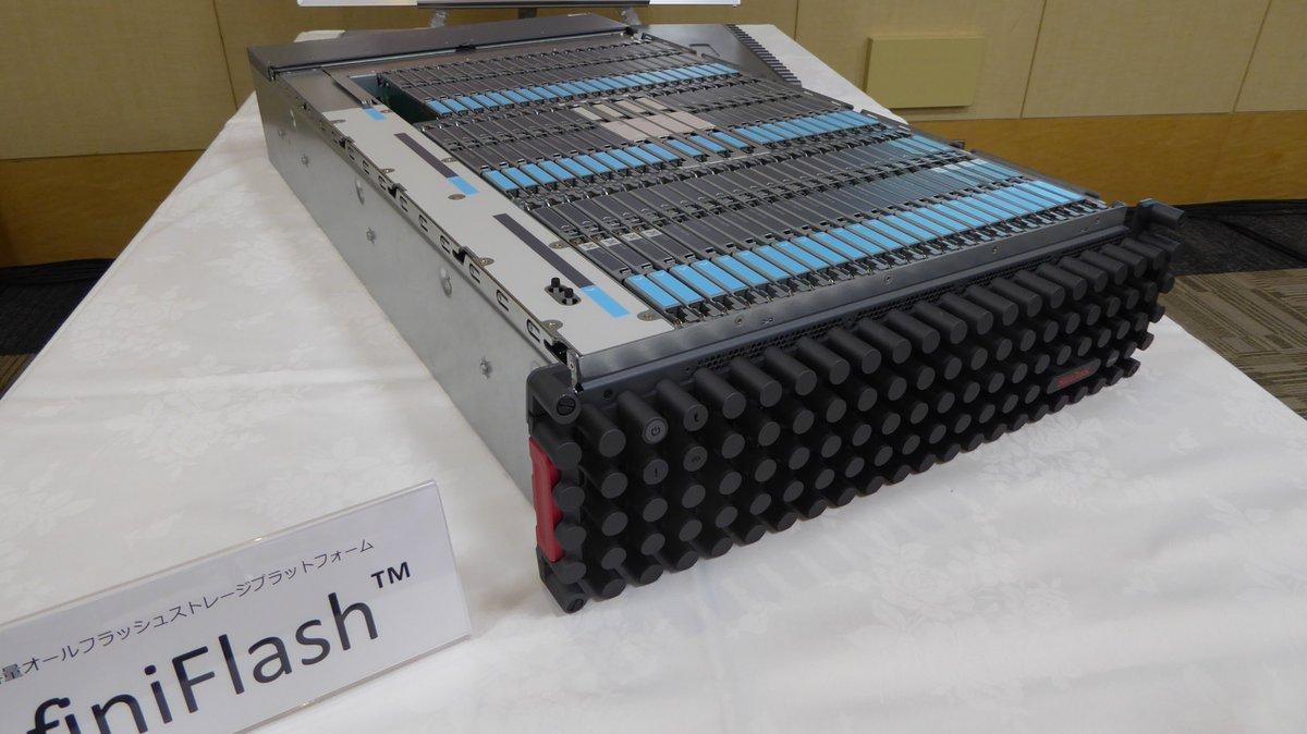 サンディスク「InfiniFlash」3Uサイズで512TB。消費電力750W重量45キロ。六畳一間でISPができそう。GB単価1ドルを切る価格破壊なれど約6,500万円。買えん…。 https://t.co/c68XTzlnDs https://t.co/iz3lC9LWJf