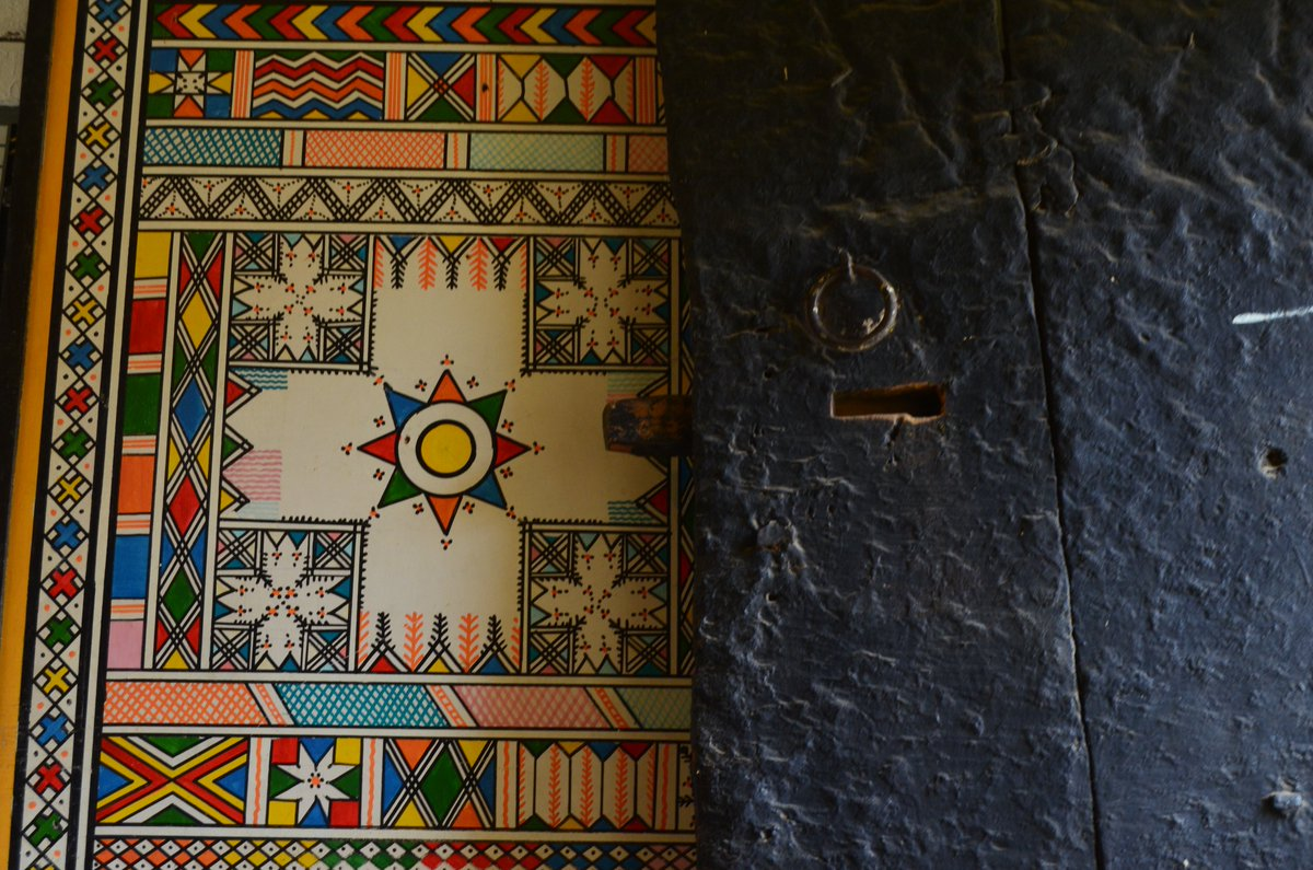 Another hidden treasure found in southern Saudi Arabia - How beautiful is this mural against a traditional door? https://t.co/KURjqIWTxV