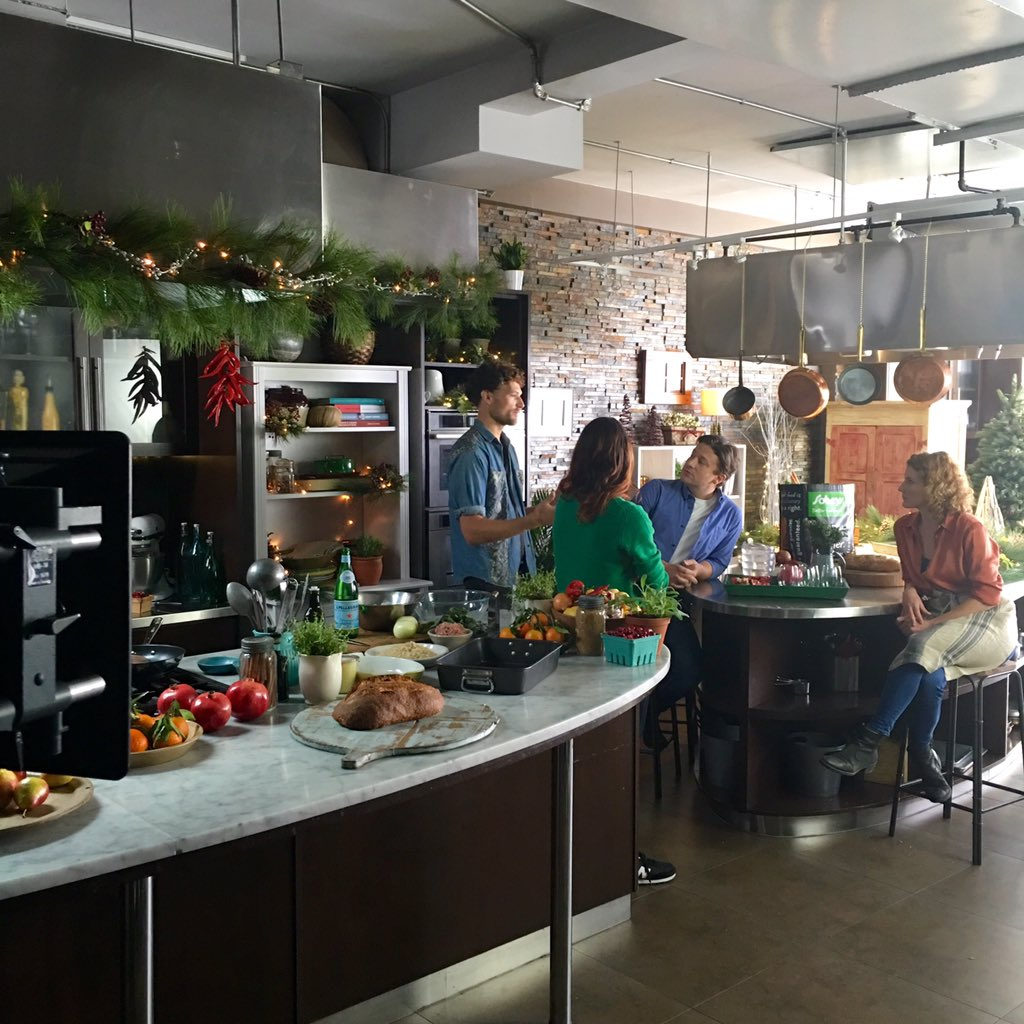 Cheeky little look behind the scenes of my Xmas shoot for @sobeys #roastmas https://t.co/QuvuOi5W7F