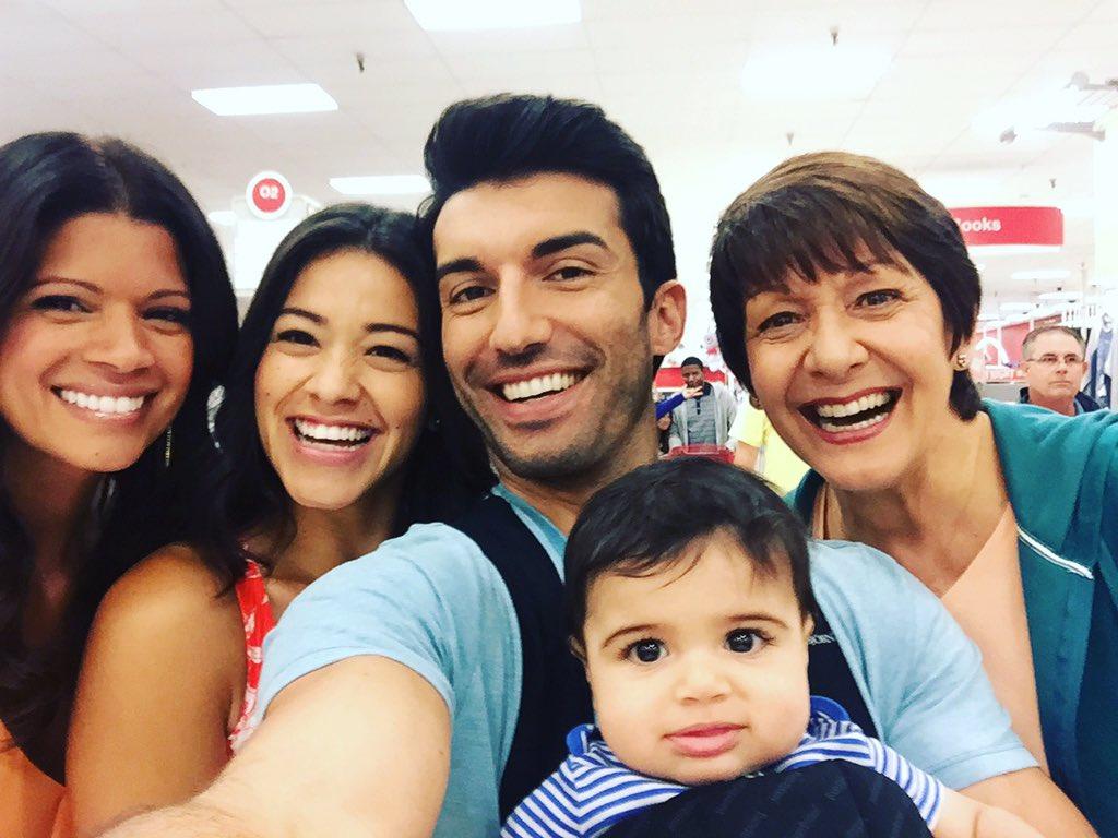 #JaneTheVirgin family selfie. https://t.co/eMNg42l8Xa