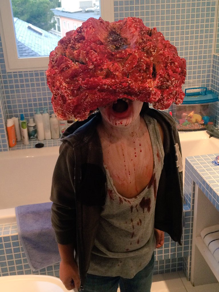 ¡OJO! Ojo al disfraz de mi sobrino para Halloween. Homemade. Es brutal a todos los niveles #TheLastOfUs #Clicker O_O https://t.co/alLm4kag2M