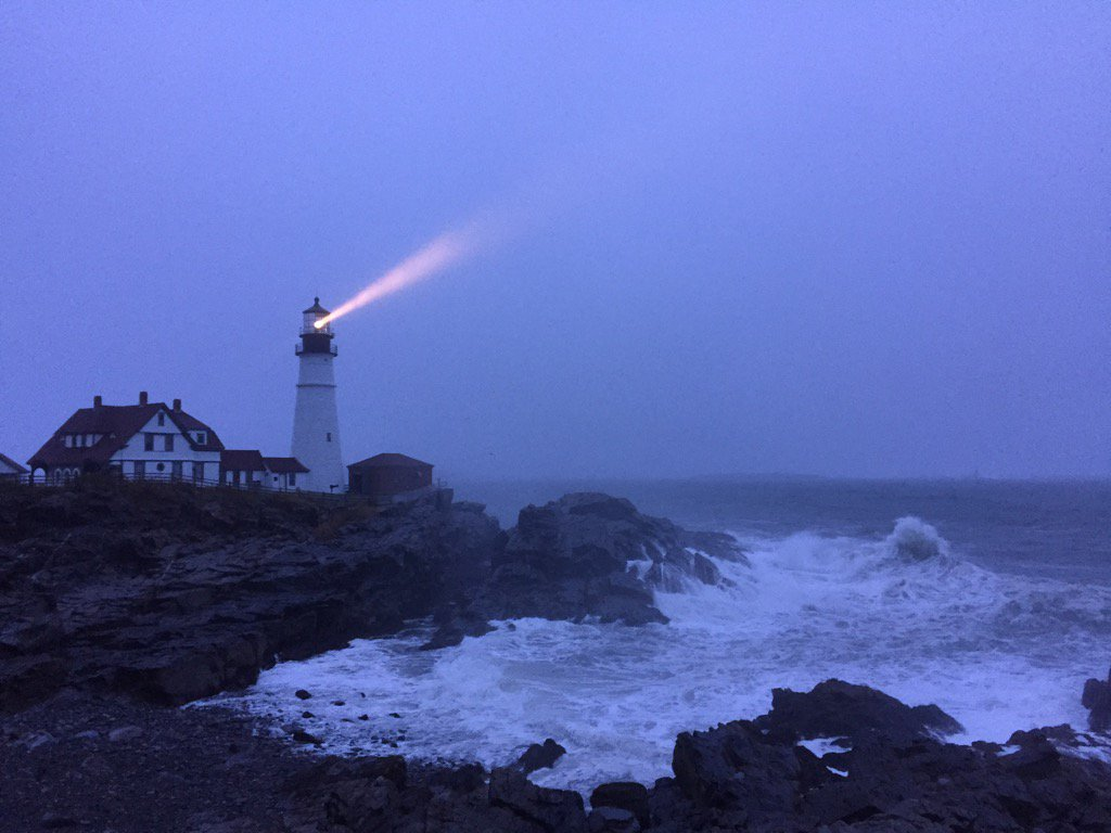 Portland head light light house now. Storm surging in. @WGME @TODAYshow @JimCantore #storm #lighthouse https://t.co/NBfq3erpX7