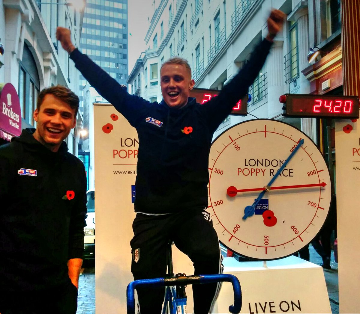 Fulham FC players get involved. London Poppy Race, challenge them until 7! Leadenhall Mkt #LDNPoppyday @PoppyLegion https://t.co/2P9nWKPaf5