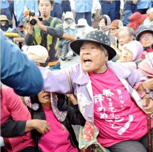 体張り工事車両進入に抵抗 シュワブゲート前 86歳島袋文子さん https://t.co/dAItE6Gsdp https://t.co/4hSyqwX1Uc