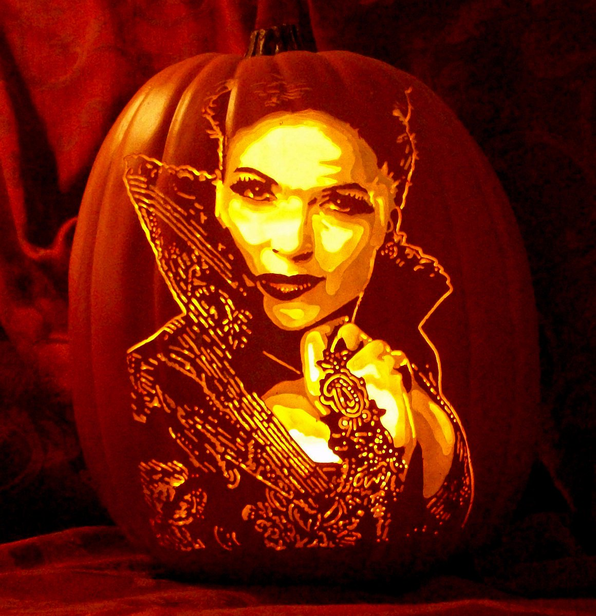@OnceABC @LanaParrilla This may be my FAVORITE carve I have done!  #EvilQueen #HappyHalloween https://t.co/2z4iYXUTWw