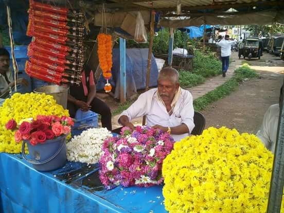 20 days after Poojary murder;  No comp.  No #AwardWapsi.  No visit by CON govt.  His old dad forced to sell flowers. https://t.co/ZtdvMk2gMg