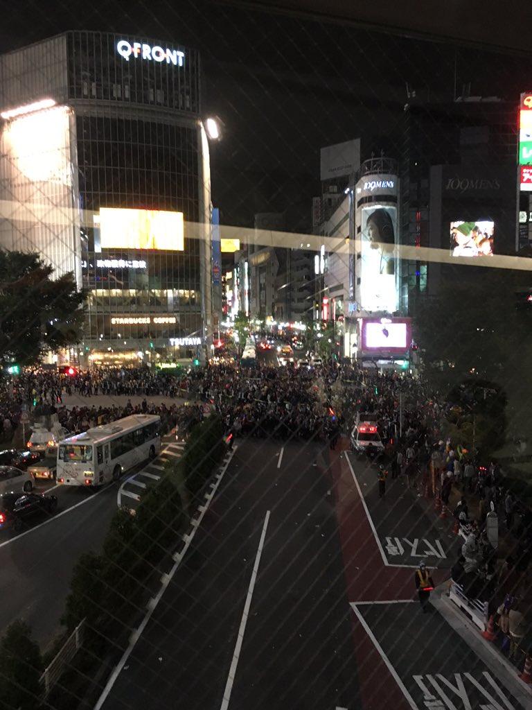 これはすごい。警察の皆さまご苦労様です@渋谷スクランブル交差点 https://t.co/7t1qqfddhm