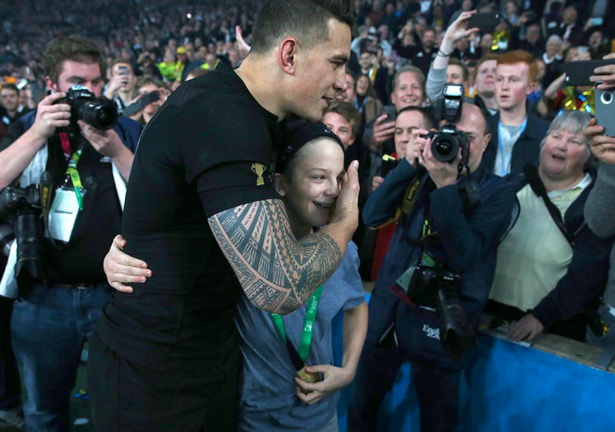 Here is the image. @SonnyBWilliams passing on his #RWC2015 Gold. Thanks to @Fran_Capizzi for image https://t.co/jSmFXBKRz5