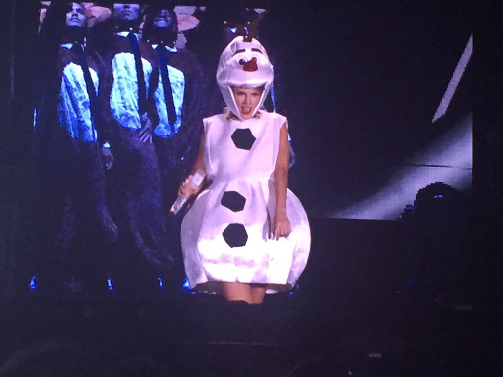 Hey Taylor, nice costume! #1989TourTampa https://t.co/J9iqfof02t