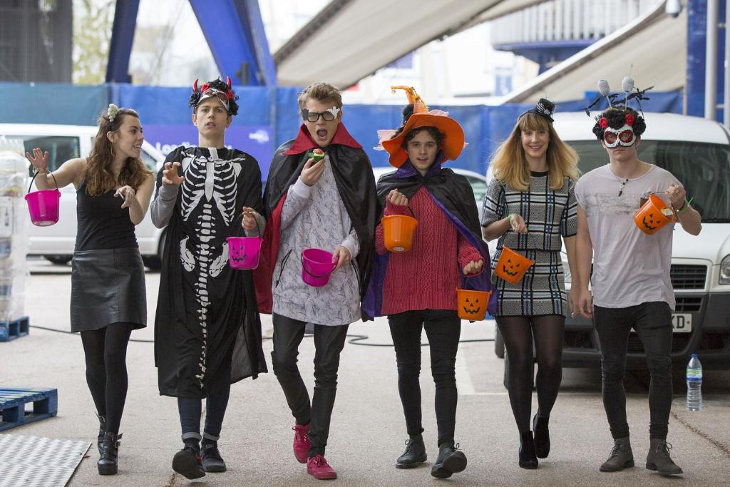 Bizarre joins @TheVampsband for some fancy dress fun https://t.co/8DlPOxm12z https://t.co/b57leuNMDB