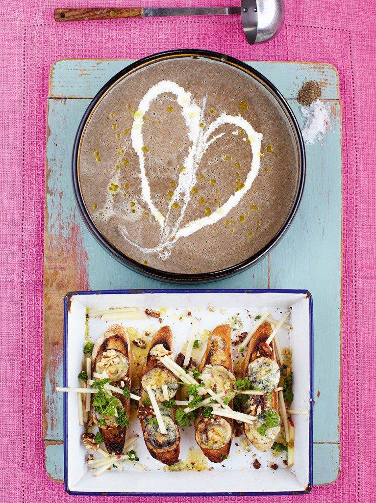 morning guys #recipeoftheday a beautiful Mushroom soup with stilton, apple & walnut croûtes https://t.co/6VJcGkcwIq https://t.co/VdRD83YU50