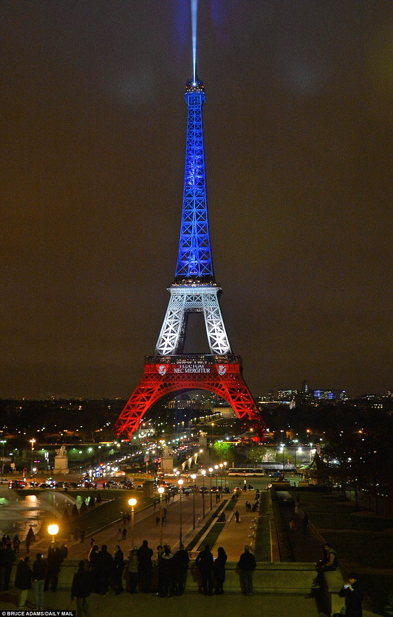 Torre Eiffel reabriu hoje iluminada com as cores da bandeira da França.The Eiffel Tower reopens illuminated... https://t.co/1uD3qzeI5p