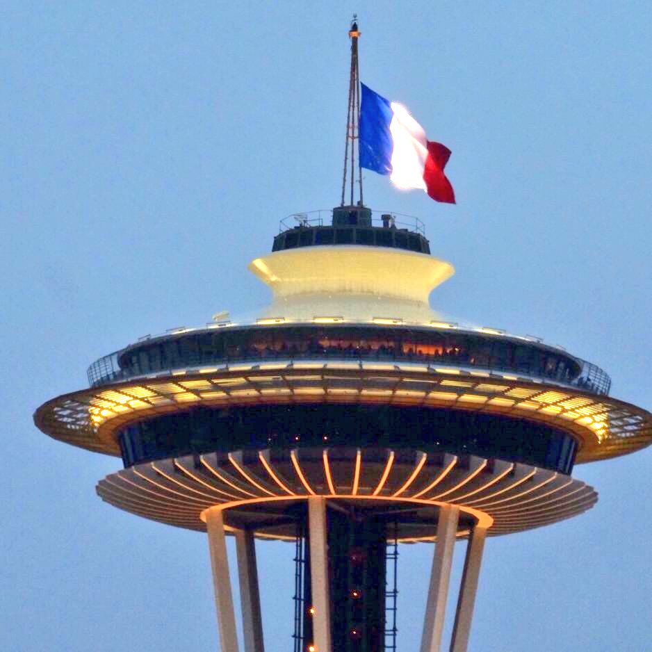 The @space_needle is flying the French flag in solidarity for #Paris. #jesuisparis #fromseattlewithlove https://t.co/mvUGPW0oRy