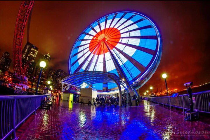 The @Pier57Wheel is showing the France flag colors in support of Paris. Seattle is sending our love. #JeSuiParis https://t.co/WIgB72HLUy