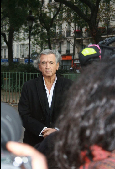 BHL prenant la pose devant le Bataclan. Sans commentaire. https://t.co/Kw24taabmO