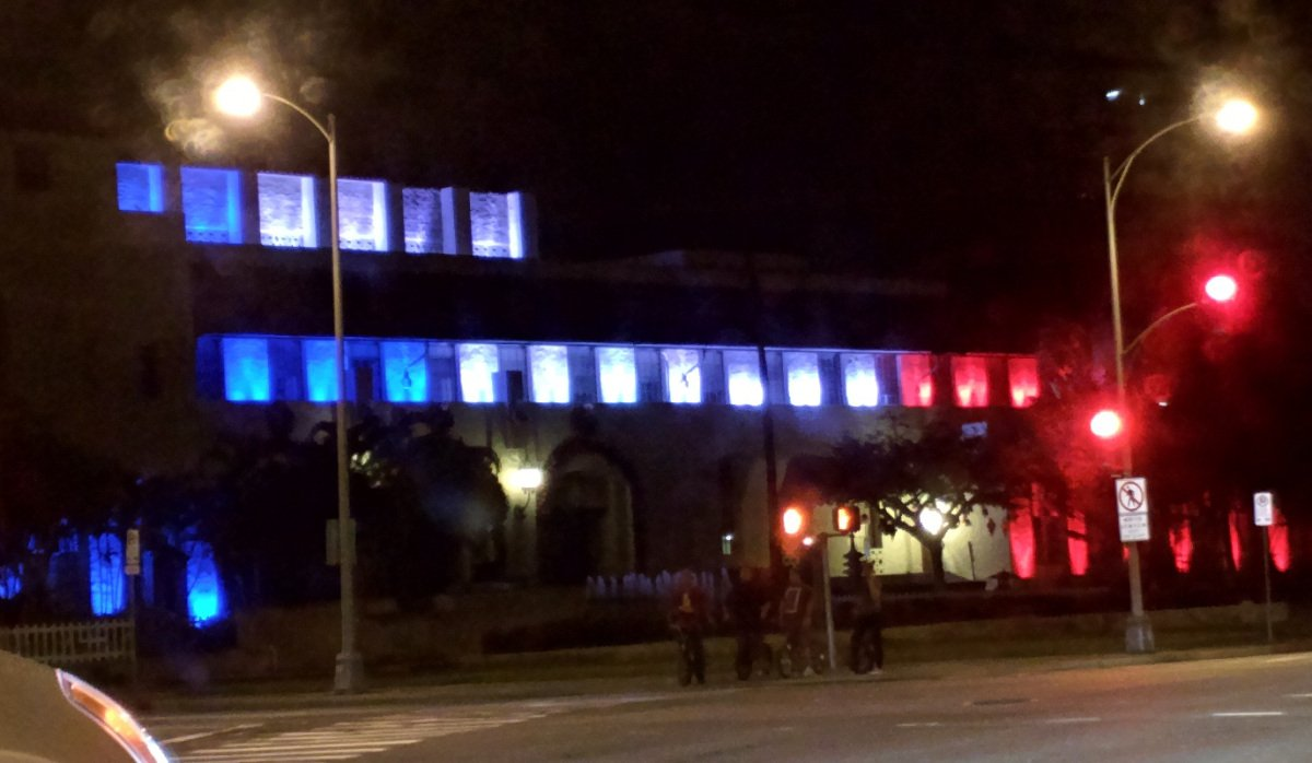 Honolulu Hale lights up with French tri-colors in honor of victims of Paris attacks https://t.co/4O2K7oWMkQ #808news https://t.co/AUv4ksULav